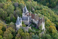 Das Schloss La Rochepot liegt unweit von Beaune im Burgund. Diese mittelalterliche Festung wurde im 13. Jahrhundert erbaut und stellt ein prächtiges Architekturjuwel dar. Seine Zugbrücken, Türme und Brüstungen lassen Sie ins Mittelalter eintauchen und begeistert alle Geschichtsfans.