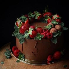 Chocolate Strawberry Desserts, Strawberry Cakes, Cake Chocolate, Chocolate Cake With Strawberries, Strawberry Cake Decorations, Cake Cookies, Cupcake Cakes, Baking Cupcakes, Decors Pate A Sucre