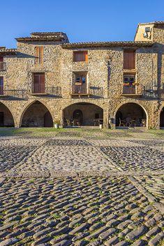 Aínsa, uno de los pueblos más bonitos de Huesca y de Aragón. #viajes #travel #pueblos #lospueblosmasbonitosdeespaña #plazas Valencia, The Good Place, Beautiful Places, Places To Visit, City, World, Adventure, Travel, Outdoor