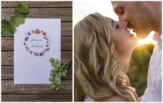 Einladung im Bohemian-Style mit Federn, Blumen und Blätter geschmückter Kranz. Zum verlieben!