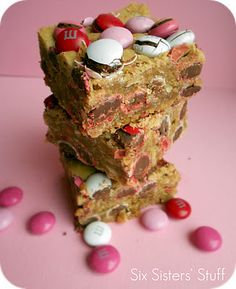 M and M Samoa Blondies on SixSistersStuff.com - perfect for Valentine's day!!