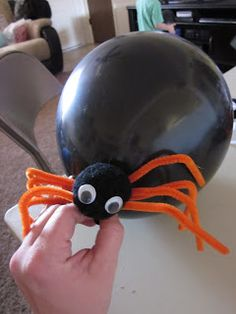 Halloween Balloon Spiders Tutorial These spiders are fun to use for a Halloween party! You can use them to decorate or to play gam. Halloween Class Party, Halloween Balloons, Fall Halloween, Halloween Crafts, Holiday Crafts, Bricolage Halloween, Halloween Ideas, Holiday Ideas, Apple 4