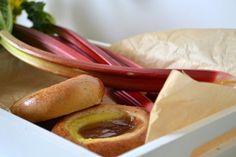 Raparperipiirakka | Ossin Pulla Oy Hot Dog Buns, Hot Dogs, Pretzel Bites, Bread, Drink, Food, Beverage, Eten, Drinking