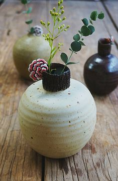 공방이 작업실이다보니 한마디로 지저분합니다.~~^^;; 가마에서 나오면 납품하고 나머지는 구석에 쳐박아 ... Bud Vases, Flower Vases, Flower Arrangements, Pantry Organisation, Ceramic Flowers, Flower Decorations, Kitchenware, Lotus, Porcelain