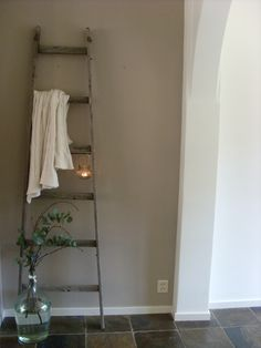 Brocante Ladder Decoratie Linens Interiors And Vintage Ladder, Rustic Ladder, Ladder Decor, Blue Grey Walls, Gray Painted Walls, Best Greige Paint Color, Old Wooden Ladders, Inside A House, Wall Paint Colors