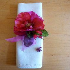 Décorer vos serviettes avec ces élégants bijoux de serviettes : Fleur posée sur un Plexiglas transparent #decotable #bijouserviette #mariageDIY #DIY #cadeauinvite #beplexi