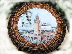 Marco cuadrado. Newspaper Frame, Old Newspaper, Basket Drawers, Art N Craft, Paper Basket, Diy Projects To Try, Craft Tutorials, Basket Weaving, Diy Tutorial