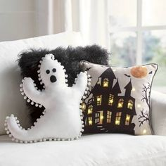 It's time to start decorating for Halloween so you're going to need plenty of ideas for DIY Halloween decorations. Dulceros Halloween, Adornos Halloween, Pretty Halloween, Halloween Pillows, Holidays Halloween, Cute Halloween Decorations, Halloween Quotes, Spooky Decor, Halloween Decorations Apartment