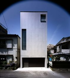 2-Courts House is built on a typical central Tokyo site – small, narrow land, constrained by closely built neighbouring properties on three sides, with a str...