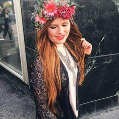 Mädchen rote Haare mit Blumen im Haar Glossycon Bilder Statement Kette rosa Shirt spitzen Cardigan lange Haare Mädchen Blumenkranz Pole Dance
