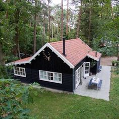 Red Roof House, Black House, Weekender, Tiny House Cabin, Cute House, Exterior House Colors, House Styles, Home, Places