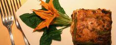 Lasagne Verdi alla bolognese:mettere sul fuoco una pentola piena per tre quarti di acqua salata che bolla allegramente. Tagliare la sfoglia in rettangoli di circa 15x10 o, per chi è abile, poco più piccoli della teglia prescelta, buttarli nell'acqua bollente e toglierli non appena venuti a galla. Dopo un veloce passaggio in acqua fredda farli asciugare su un telo pulito, bianco, di cotone o di lino. Ungere di burro il fondo della teglia e cospargervi qualche cucchiaiata di ragù e…