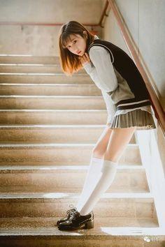 School Girl Japan, School Girl Dress, Cute Asian Girls, Cute Girls, Body Reference Poses, Girls In Mini Skirts, Figure Poses, Cute Japanese Girl, Shooting Photo