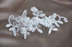 Welch eine märchenhafte Komposition aus Spitze und Perlen, die kleine Blumen formen. Die Spitzenblumen und Perlen sind auf einem Haarkamm befestigt.  Gesamtllänge der Komposition: ca....