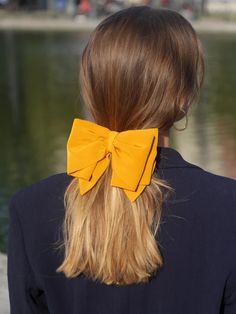 big bow hair accessories Modern Archives 'Elegant' hair bows are a luxe reinterpretation of the trend. Elegant Hairstyles, Pretty Hairstyles, Ribbon Hairstyle, Hairstyle With Bow, Hair Bow, Aesthetic Hair, Aesthetic Fashion, Scarf Hairstyles, Turban