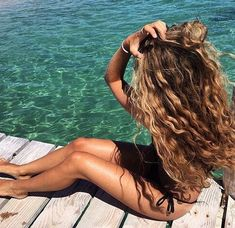 Here's a few products that will cut the wavy hair effort in half. Below are the 5 best hair products for beachy waves that'll give you those gorgeous and effortless mermaid hair vibes! If you like the scrunched, wavy hair look, these sea salt hair texturi Spring Hairstyles, Pretty Hairstyles, Beach Holiday Hairstyles, Wedding Hairstyles, Hairstyle Men, Funky Hairstyles, Formal Hairstyles, Hair Inspo, Hair Inspiration