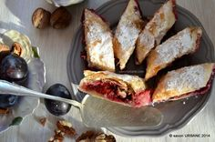 Strudel cu prune - un desert perfect pentru vara tarzie. O placinta cu prune zemoase si aromate. Prunele e musai sa fie coapte bine, dulci si zemoase. Merg Romanian Food, Strudel, Flan, French Toast, Sweet Treats, Deserts, Sweets, Cooking, Breakfast