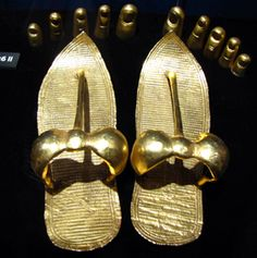 (Egypt) Tutankhamun gold sandals and Nail guards. Egyptian Mythology, Ancient Egyptian Art, Ancient History, European History, Ancient Aliens, Ancient Greece, Egyptian Jewelry, Ancient Jewelry, Art Antique