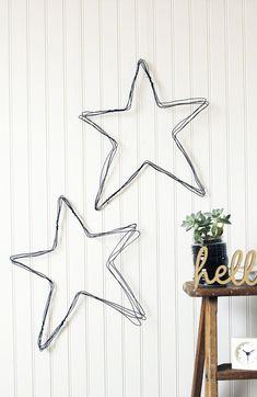 How to make a DIY wire star wall art Drahtkunst DIY Mehr Wire Hanger Crafts, Wire Hangers, Wire Crafts, Diy And Crafts, Arts And Crafts, Space Crafts, Navidad Diy, Ideias Diy, Star Wall