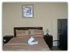 Detalle de la habitación 2 con cama de matrimonio.
