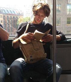閱讀的男人好性感呀呀!!! (他應該是在看一本俄羅斯戰後故事集,然後下車去上雕塑課吧?!)