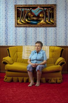 It looks like Aunt Lois just got nabbed for stealing a painting from the art gallery.she was trying so hard to be a work of art herself with pants that matched the wallpaper and the blue of the blouse matching the artwork. Narrative Photography, Fine Art Photography, Vintage Family Pictures, William Eggleston, Retro Aesthetic, Documentary Photography, Mid Century House, Photo Backgrounds, Old Women