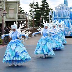 Fountain on float Disney Christmas Parade, Christmas Parade Floats, Christmas Stage, Frozen Christmas, Disneyland Parade, Frozen Musical, Frozen Decorations, Nutcracker Costumes, Xmas Theme