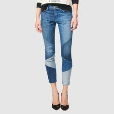 Newcomer? Patchwork! Patches in unterschiedlichen Blautönen vereinen sich an diesen knackig geschnittenen, used wirkenden Jeans zum stimmigen Ganzen. Five-Pocket-Form mit Gürtelschlaufen, Knopf und Zipper.