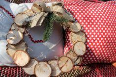Una corona de Navidad hecha en madera