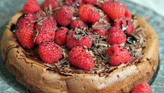 Sjokoladekake med bringebær og lakris Gluten Free Recipes, Baking Recipes, Something Sweet, Sweet Tooth, Deserts, Strawberry, Food And Drink, Sweets, Cooking