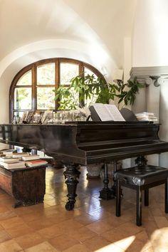 Auf dem Flügel im Wohnzimmer (frühes 20. Jahrhundert) lernten einst die beiden Töchter Cucinellis das Klavierspielen. Beide sind heute erwachsen und leben mit ihren Familien auch in Solomeo.