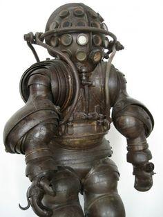 Early Deep Sea Diving Suit 1882  Примерно в 1880 году братьями Альфонсом и Теодором Carmagnolle из Марселя был изготовлен первый атмосферный костюм для дайвинга. Особенность этого костюма заключалась в том, что он способен был погружаться до 60 метров глубины, был оснащен подвижными суставами и был сделан из металла.