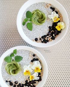 Chia bowls with kiwi roses today! Chia seeds must be my favourite breakfast food these past years. They're packed with omega 3 oils, fibre, proteins and flavonoids. Word chia means strenght in ancient Mayan language, describing them well! I have soaked 4 tablespoons seeds in 500ml oat milk to fill up these two bowls here and was inspired by Karen of @secretsquirrelfood kiwi roses on top of chia bowls! ♡
