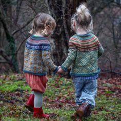Let's all hold hands and walk into a New Year together ❤️ These sweet Fair Isle knits by are just delightful ❤️ * *… How To Start Knitting, Knitting For Kids, Free Knitting, Knitting Projects, Baby Knitting, Knitting Tutorials, Vintage Knitting, Pull Jacquard, Norwegian Knitting