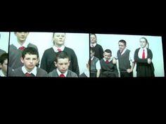"""Rineke Dijkstra's video """"I can see a woman crying"""" in het Stedelijk Museum, Amsterdam. Britse leerlingen van een kunsteducatie-klas filosoferen in TATE Liver..."""