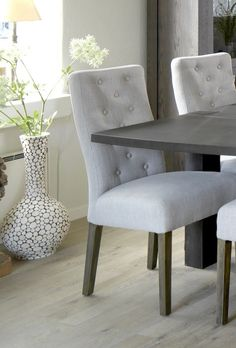 Marlena  stol - Lækker polstret spisebordsstol med lysegråt betræk. Denne flotte spisebordsstol har et grovvævet stof, som giver et lidt rustikt, men romantisk look og benene er i espresso farvede ben. Der er fine detaljer med knapper i ryglænet, som giver stolen kant og charme. Perfekt til den lyst indrettede spisestue med et romantisk twist.