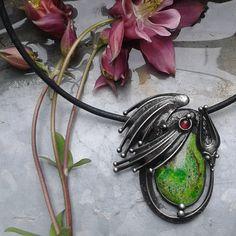Drak...+Šperk+je+vyroben+z+cínu,+variscitu+a+granátku.+Velikost+šperku+je+4+x+6+cm.+Šperk+je+zavěšen+na+koženém+řemínku+délky+50+cm,+který+je+zakončen+ručně+vyrobeným+zavíráním.+Délku+řemínku+mohu+na+přání+upravit.+V+případě,+že+by+Vám+nevyhovoval+kožený+řemínek,+mohu+Vám+nabídnout+buď+ručně+vyrobený+řetěz+délky+40+-+90+cm,+nebo+bižuterní+řetízek+(na+...