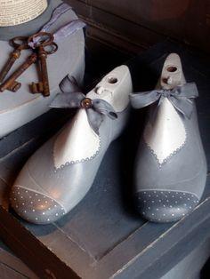 P1010067 Shoe Stretcher, Shabby, Wooden Shoe, Chabby Chic, Shoe Art, Photos Du, Decoupage, Creativity, Artists