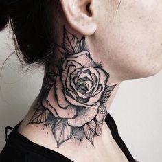 tatouage-rose-graphique-nuque-femme
