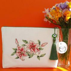 """709 Beğenme, 63 Yorum - Instagram'da ARÇİ TASARIM (@arci_tasarim): """"Bahar geldiyse çantaların çiçeklenme zamanıda gelmiştir 🌺🌺 #arcitasarim #kanavice #xstitcher…"""" Sewing Case, Embroidery Bags, Cross Stitch Baby, Crochet Purses, Craft Items, Handmade Bags, Cross Stitching, Cosmetic Bag, Projects To Try"""