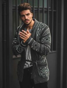 Cardigan is strong, raw and sexy. These are the 15 classic cardigan outfits to make you look cool this winter. Mens Fashion Blog, Fashion Mode, Look Fashion, Fashion Tips, Cardigan Outfits, Casual Outfits, Men Casual, Cardigan Styles, Grey Cardigan