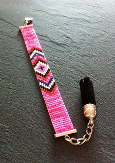 Bracelet ManchetteMotif Chevrons par TDFTheDreamFactory sur Etsy, €20.00 Seed beads loom bracelet.