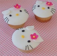 I love Hello Kitty. And I love cupcakes. I have never used fondant when decorating cakes or cupcakes, but am very tempted to give it a go . Cupcakes Chat, Cupcakes Design, Love Cupcakes, Birthday Cupcakes, Cupcake Cookies, Ladybug Cupcakes, Snowman Cupcakes, Giant Cupcakes, Cupcakes Decorating