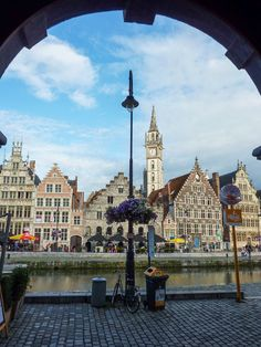 https://flic.kr/p/cSV9sy | Genieten in het Belgische Gent .... | Door de poort van het hotel Marriott een leuk uitzicht op de Graslei.