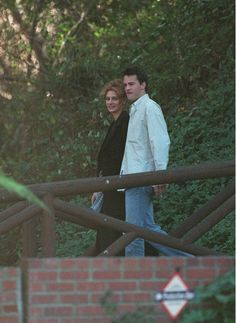 Julia Roberts and Matthew Perry. Friends Series, Friends Tv Show, Just Friends, Matthew Perry, Julia Roberts, Hot Couples, Celebrity Couples, Lost Stars, David Schwimmer