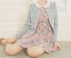 Vestido floral sencillo pero precioso !. y ademas chaqueta color pastel de botones de perlas.