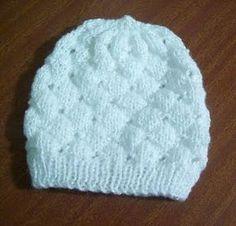 Este gorrito para bebé es la prenda más simple y fácil de realizar. Forma parte del conjunto de pelele con peto empezado por el pie , ba...