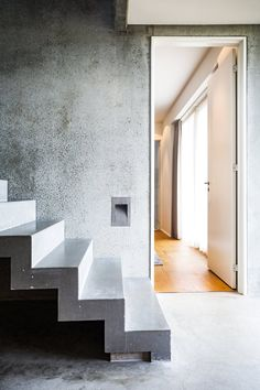 Concrete can also become a beautiful and sculptural staircase as in this house by the danish architect Rasmus Bak. Concrete Stairs, Wooden Stairs, Denmark House, Modern Barn House, Steel Stairs, Floating Stairs, Interior And Exterior, Architecture, Furniture