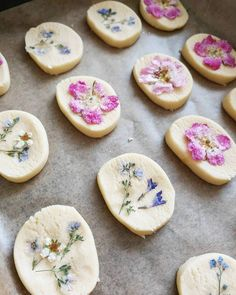 Homemade edible flower biscuits are a great project to introduce some calm and intentional creativity into these busy days! Visit us now to learn more! Edible Flowers Cake, Chocolate Chip Cake, Flower Food, Flower Cookies, Food Inspiration, Cornbread, Cake Recipes, Food Photography, Food Porn