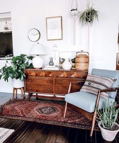 46 Awesome Bohemian Style Home Decor For Your Inspire - OMGHOMEDECOR - This res. : 46 Awesome Bohemian Style Home Decor For Your Inspire – OMGHOMEDECOR – This restrained Bohemian space with patterned rug & pillow potted plants on floor, of a sta – Retro Home Decor, Home Design Decor, House Design, Design Ideas, Design Trends, 1920s Home Decor, 70s Decor, Blog Design, Wall Design